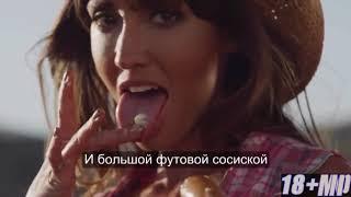 Голодная девушка и большая сосиска!))