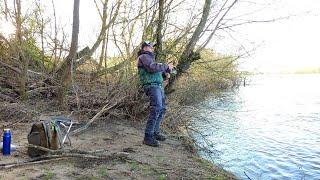 И вот он клюнул Лезу через глубокий канал на Оку Рыбалка с берега