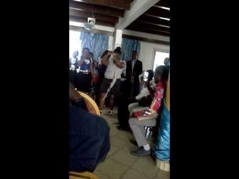 Les hotesses, chantres, danseuses du C.M.G  dansent pour la gloire de Dieu avec moye wa nzambi