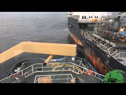 Fasendo BUNKERING no alto mar. Bunkering barge. Bunkering vessel.
