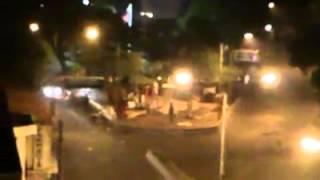 Guardia Nacional Bolivariana rompe y pisa la bandera de Venezuela