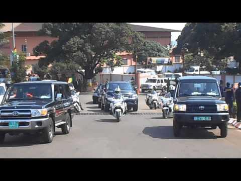 Arrivée de François Hollande à Conakry : sortie de l'aéroport pour l'hôpital Donka