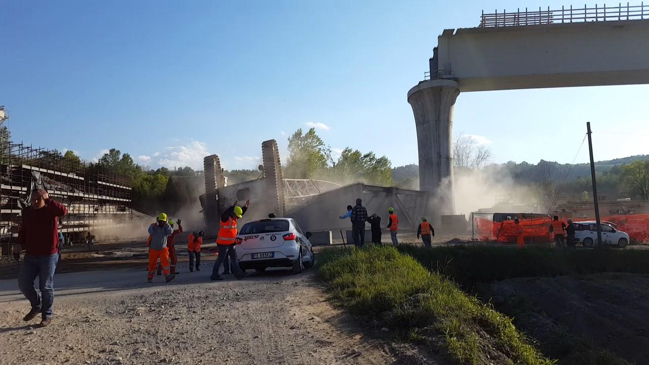 Varese Construction Crane Collapse - YouTube