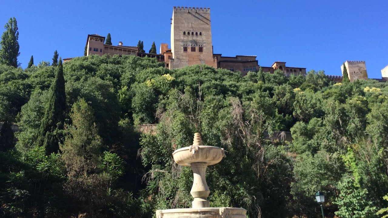 La Alhambra desde el Paseo de los Tristes, imprescindible para conocer Granada.