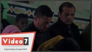 بالفيديو..الحزن يسيطر على أحمد عبد الظاهر لاعب الأهلى أثناء صلاة جنازة والده