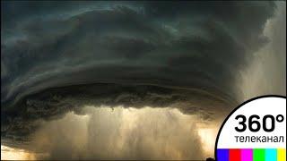 Ураган едва не унес автомобиль с пассажирами в Румынии. Видео