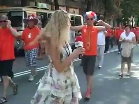 EURO 2012 Reportera Ucraniana acosada por hinchas Holandeses thumbnail