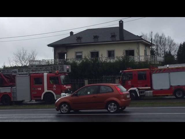 O lume calcina parte dunha casa en Santiago