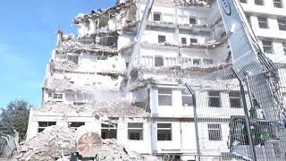 Prato, la maxi pinza demolisce l'ex ospedale, al suo posto un parco