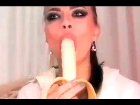 девка сосет банан