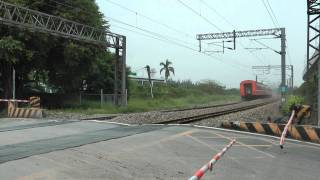 [HD] The Taiwan TRA train haul by GE E42C E400 E415 pass the Banpingshan Back Lane level crossing