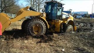 Brand new CAT 966K Stuck in the mud. Guy is learning to drive this peace of maschine