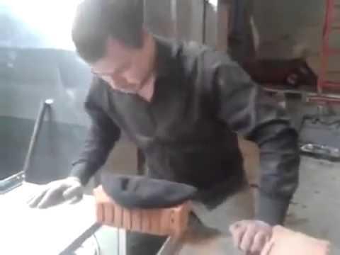 Un rus incearca sa sparga caramizi cu capu