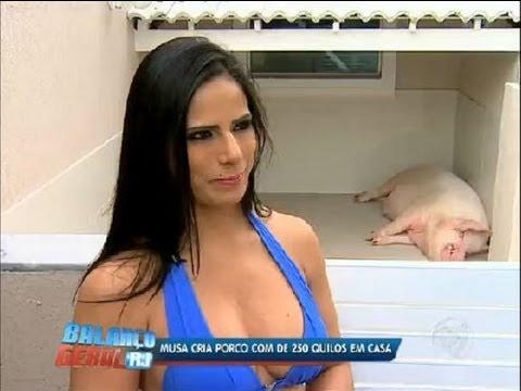 Musa da Portela tem porco de estimação em casa