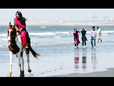 Girls visit to Karachi sea first time from Gilgit - Watch video