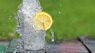 Защо трябва да пиете вода с лимон всяка сутрин?