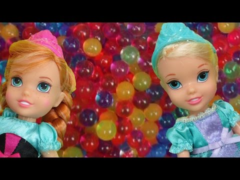 Elsa and Anna toddlers have fun in ORBEEZ ! They slide into