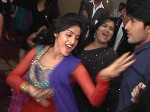HILARIOUS !! Sandhya of Diya Aur Baati Hum's Dance at a Party