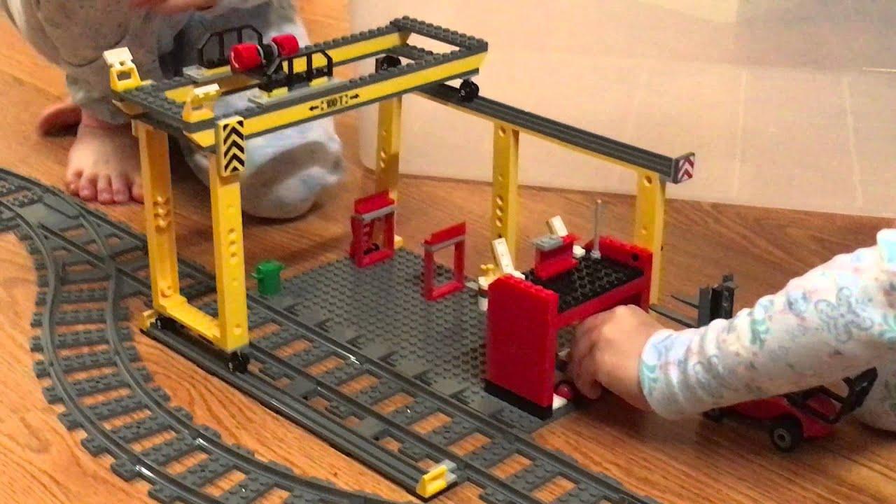 С различными аксессуарами и деталями из серии лего дупло железная дорога легко построить вокзал с пассажирами на перроне, поезда, рельсы со стрелками.