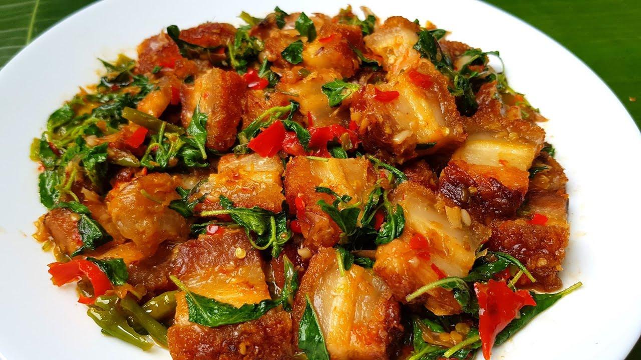 กับข้าวกับปลาโอ 780 หมูกรอบเหลือๆทอดให้กรอบ ผัดกับ กะเพราบ้านหอมๆ Stir fried crispy pork holy basil
