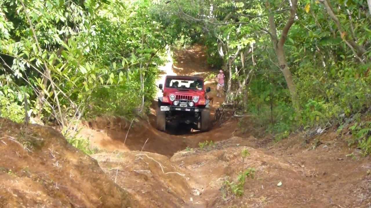 Jeeps Follow Oahu trails - YouTube