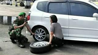 Wow! Kisah Anggota TNI Bantu Polwan Cantik Ganti Ban Mobil Ini Jadi Viral!