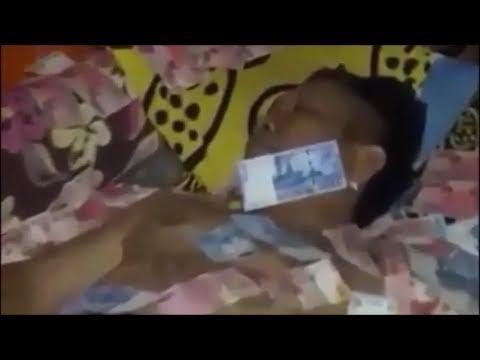 Geger!! Seorang Oknum Kades di Mojokerto Tidur di Atas Tumpukan Uang Jadi Viral di Medsos!