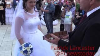 Красивая свадебная церемония для 10 пар. День празднования города Луганска.
