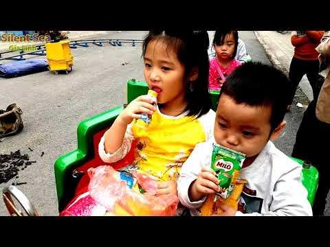 Gia Linh và em Cò chơi lái tàu chơi nhà hơi trong hội chợ trường mầm non Hoàng Nga