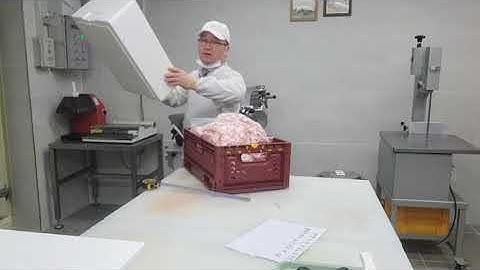 대패삼겹살에 맞는 쿨링백을 찾아라,Find a cooling bag that fits the pork belly.