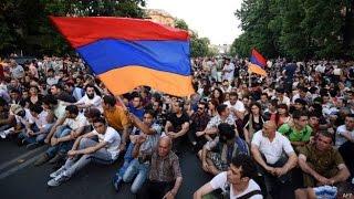 Около 300 человек участвует в акции протеста в центре Еревана