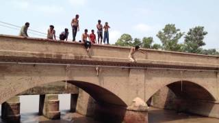Gujranwala Chal bridge - boys jump in the river part 2.