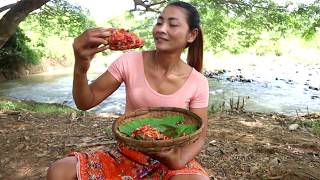 Survival skills: Fish eggs​ with peppers fried on clay for food - Cooking fish eggs eating delicious
