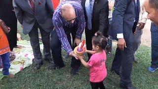 محافظ القاهرة يوزع الهدايا علي الأطفال في ثاني أيام العيد