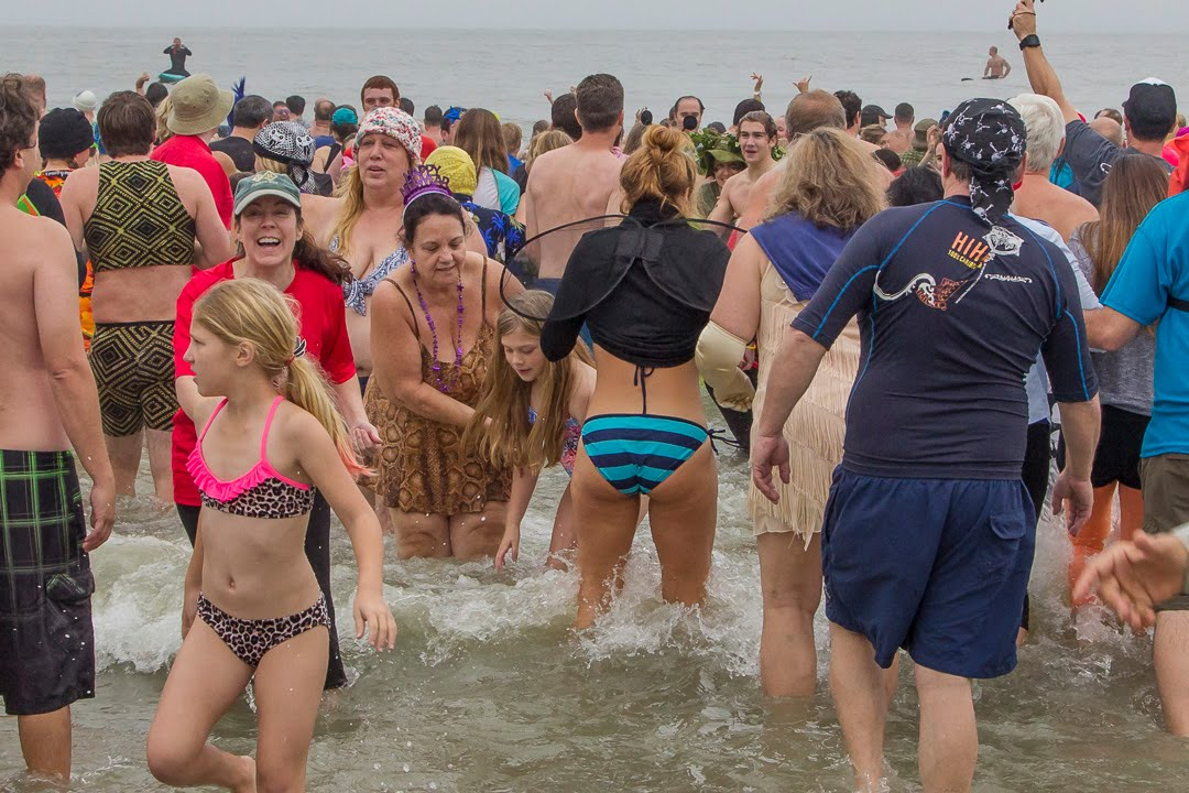 folly beach women Folly beach — police have arrested a man accused of peering into a rented beach house with 19 women inside.