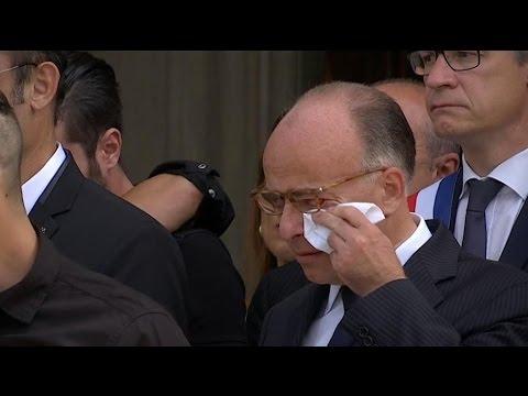 L'émotion de Bernard Cazeneuve aux obsèques d'Hervé Cornara