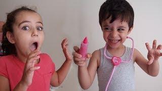 HASTA KIZ ÇATLAK DOKTORA MUAYENE OLUYOR   DOKTOR KAFASINA GÖRE TAKILIYOR  Eğlenceli Çocuk Videosu