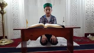 Kuran okuyan genç