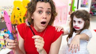 ईवा और मॉम जैसे बच्चों के वीडियो ब्यूटी सैलून में खेलने का दिखावा करते हैं। kids make up toys