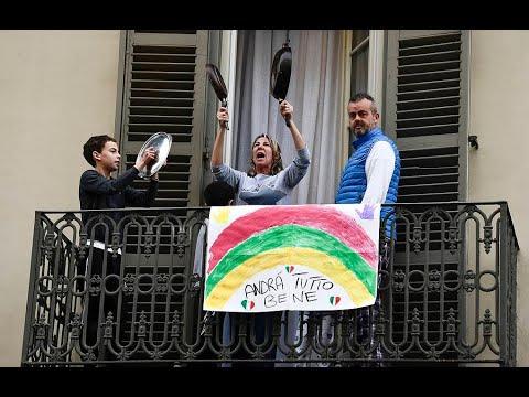 Итальянцы устраивают концерты на балконах во время карантина из-за COVID-19