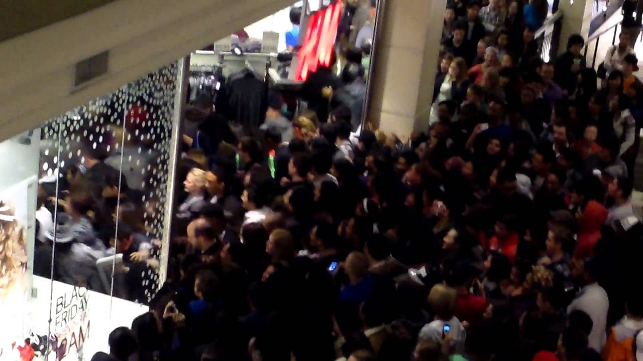 Tyson's Corner H&M Black Friday - YouTube