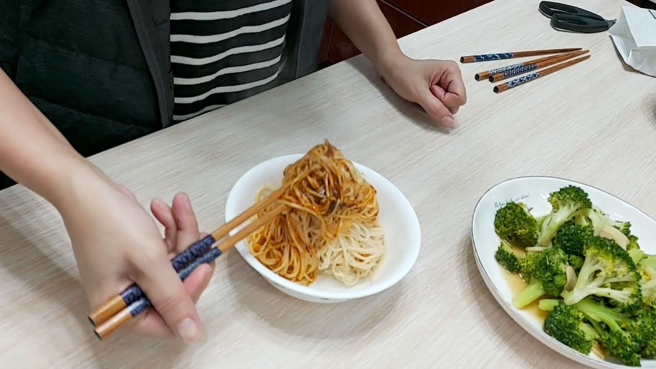 詹麵 堅果辣沾麵開箱試吃 198元/3入 1包66元名人拌麵的味道是?  乾杯小菜超日常 - YouTube
