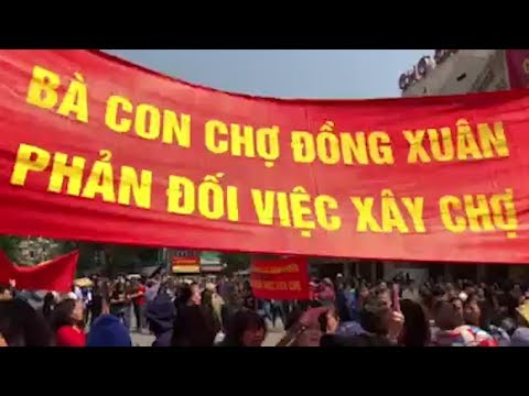 Biến Lớn: Hàng trăm tiểu thương chợ Đồng Xuân xuống đường phản đối chính quyền xây TT thương mại