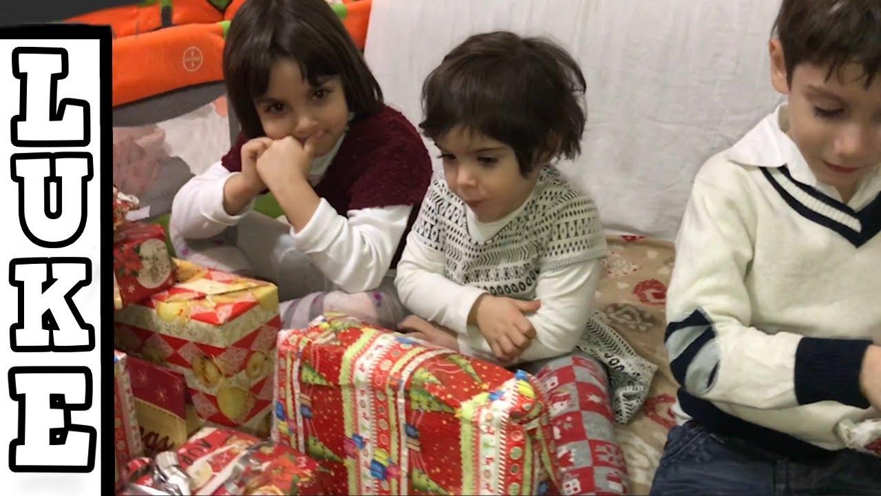 Bambini Che Scartano I Regali Di Natale.Spacchettamento Dei Regali Di Natale
