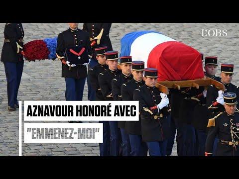 """Aznavour quitte les Invalides sur les paroles d'""""Emmenez-moi"""""""