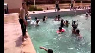 في المسبح اولاد المدرسة