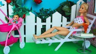 Заболеть и не пойти в школу / Барби загорает - играем в куклы с Бетти Паппет