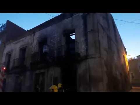 Los Bomberos de Sarria vuelven a enfriar la Casa dos Ulloa tras un nuevo aviso