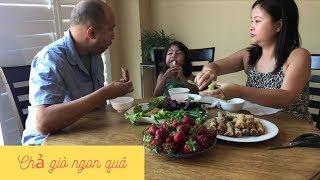 Vợ Việt Chồng Tây ăn chả giò dòn dụm cuốn rau ngoài vườn !