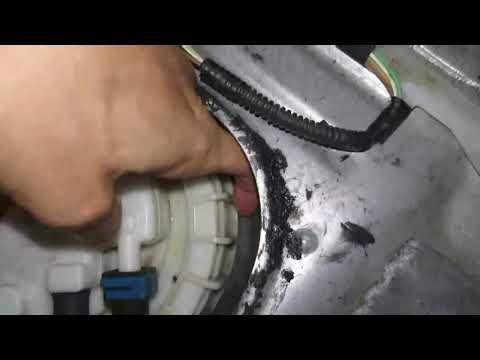 Запах бензина в салоне Corolla E150. Проверка перекоса гайки топливозаборника